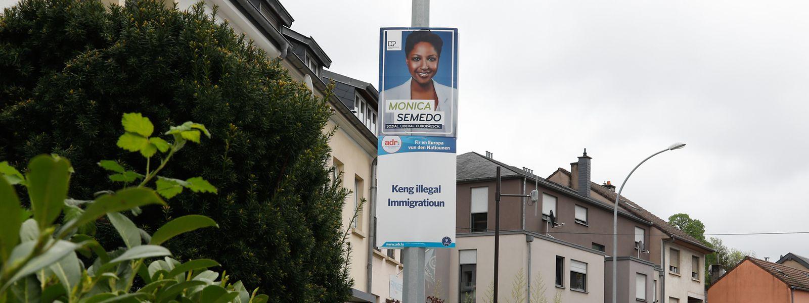 """Mónica Semedo é candidata do DP às eleições europeias. Na rue de Rollingergrund, um cartaz com a sua imagem tem por baixo o slogan do ADR """"Keng illegal Immigratioun"""" (""""não à imigração ilegal"""")."""