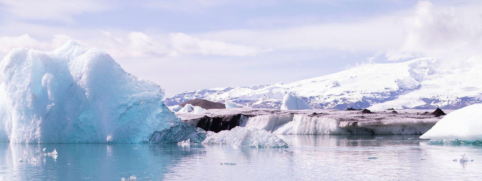 In Island ist ein riesiger Eisbrocken von einem Gletscher abgebrochen und erschreckte Touristen.