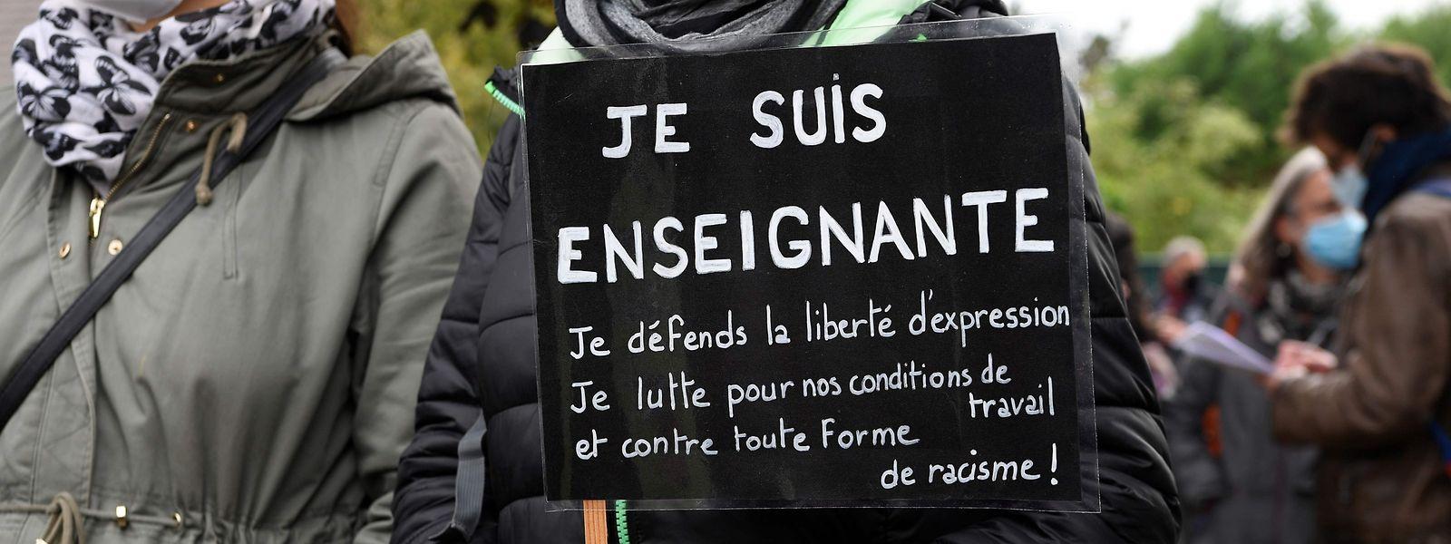 Vor dem Eingang der Schule in Conflans-Sainte-Honorine zeigten Lehrer und Bürger ihre Anteilnahme.