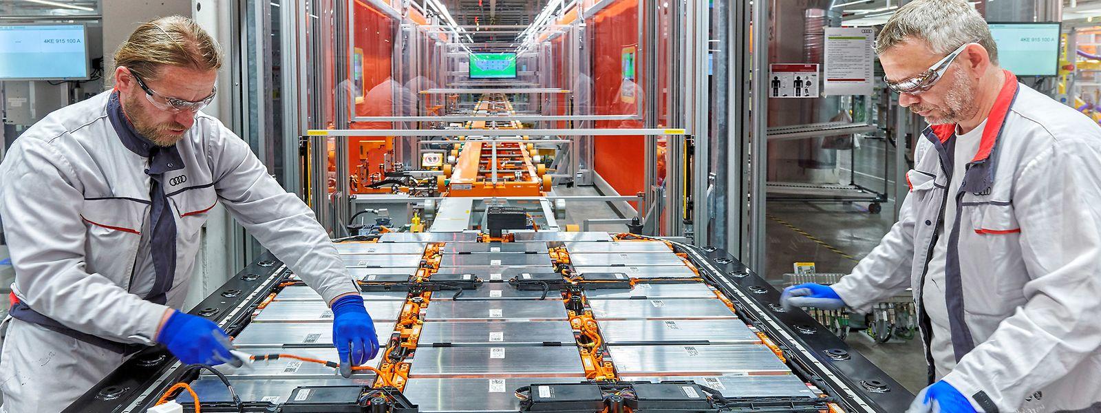 Batteriemontage im Audi-Werk Brüssel: Das 95-kWh-Akkusystem des e-tron bringt rund 700 Kilogramm auf die Waage.