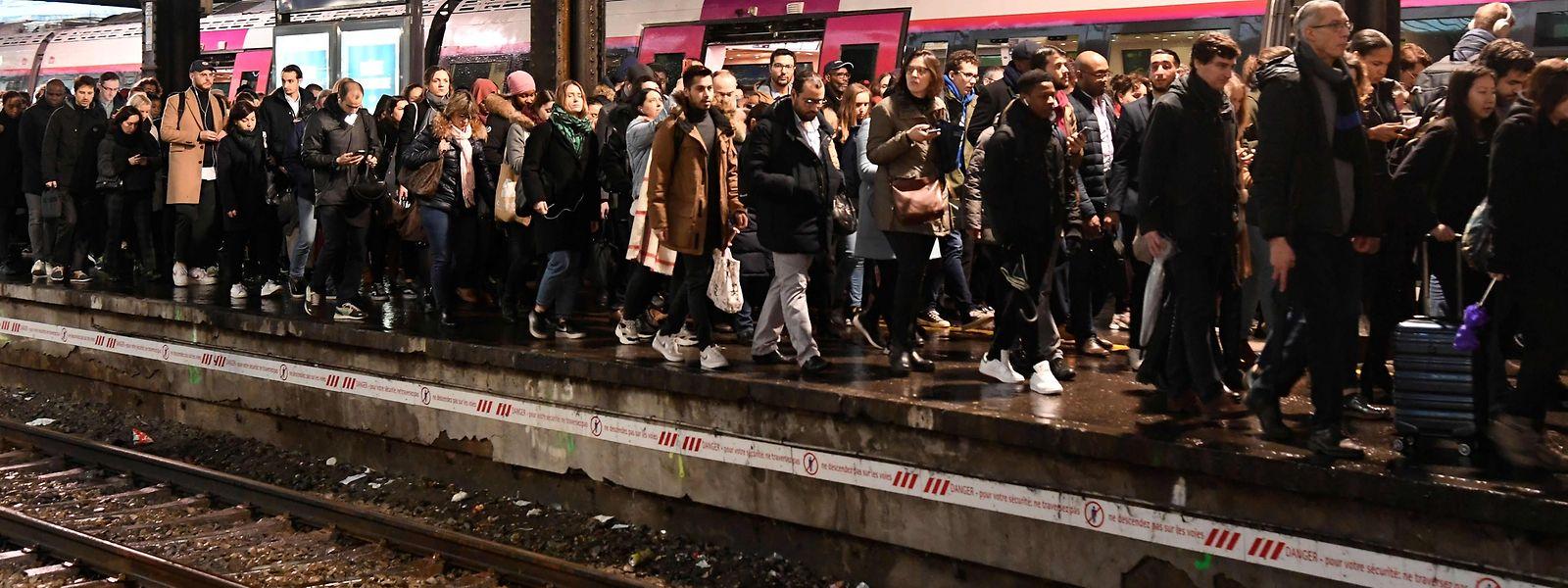 La SNCF a recommandé à ses clients d'éviter de se rendre dans les gares et privilégier d'autres moyens de transport.