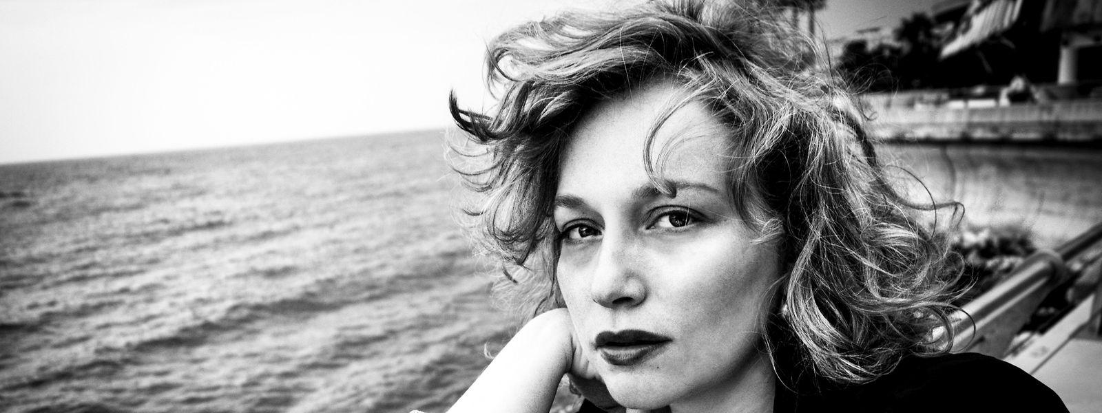Benita Suchodrev im Selbstporträt. Die Kamera ist für sie wie ein Werkzeug, nicht mehr, eine Verbindung zwischen ihr und der Realität.