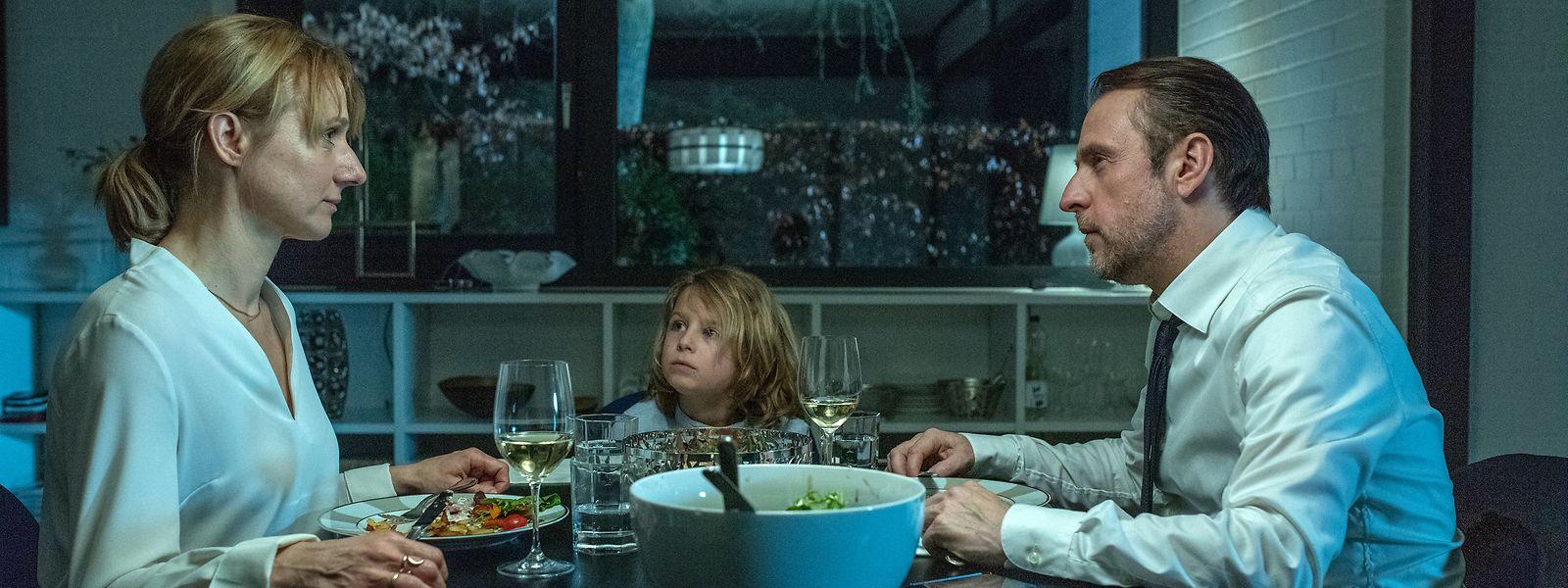 Das gemeinsame Abendessen ist bei Familie Sellin seltener geworden. Tanja (Christina Große, l.) und Markus Sellin (Bjarne Mädel, r.) mit ihrem Sohn Titus (Moritz Thiel, M.).