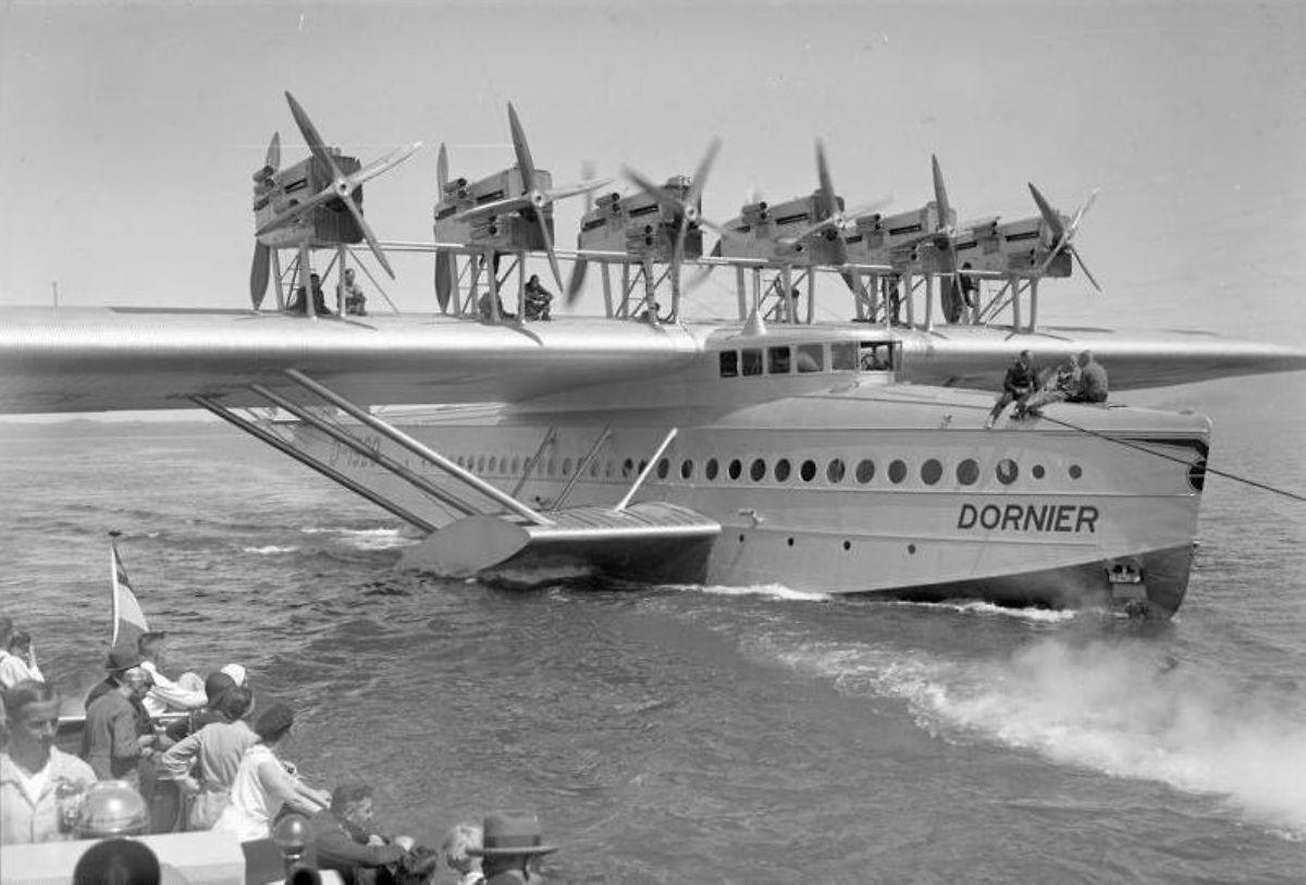 Historische Aufnahme aus dem Jahr 1930, die die zwölfmotorige Do X vor dem Start auf dem Bodensee zeigt