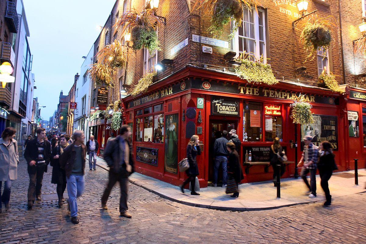 Nicht nur das Bier, auch Folkklänge locken Einheimische wie Touristen in die Pubs im Dubliner Ausgehviertel Temple Bar.