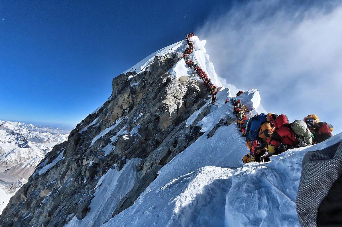 """Eine Aufnahme vom 22. Mai 2019 zeigt, wie es sich auf dem letzten Stück zur Spitze des Everest staut. Durch die Eiseskälte und den geringen Sauerstoffgehalt in der Atmosphäre kann ein längerer Aufenthalt in dieser """"Death Zone"""" für unerfahrene Bergsteiger schnell zum Tod führen."""