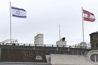 Die israelische Flagge weht über dem Bundeskanzleramt in Wien.