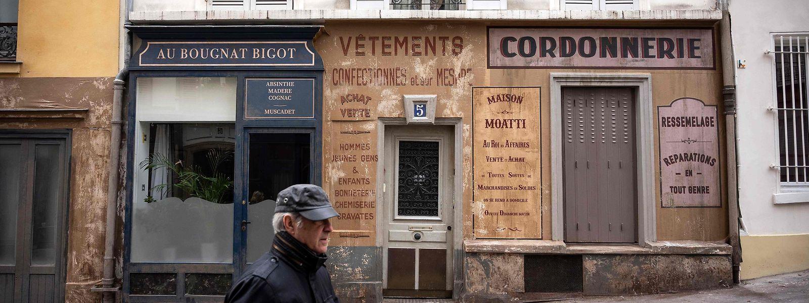 Deux rues du quartier de  Montmartre se retrouvent plongées dans le Paris des années 1940, occupé par les Nazis.