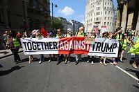 13.07.2018, Großbritannien, London: Teilnehmer der Demonstration 'Stop Trump' gegen den Besuch von US-Präsident Trump ein Transparent mit der Aufschrift «Together against Trump» (Zusammen gegen Trump). Foto: Gareth Fuller/PA Wire/dpa +++ dpa-Bildfunk +++