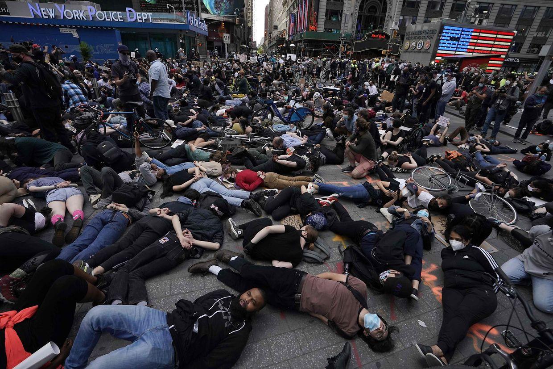 Demonstranten liegen auf dem Boden, die Hände hinter dem Rücken verschränkt. In dieser Position starb George Floyd.