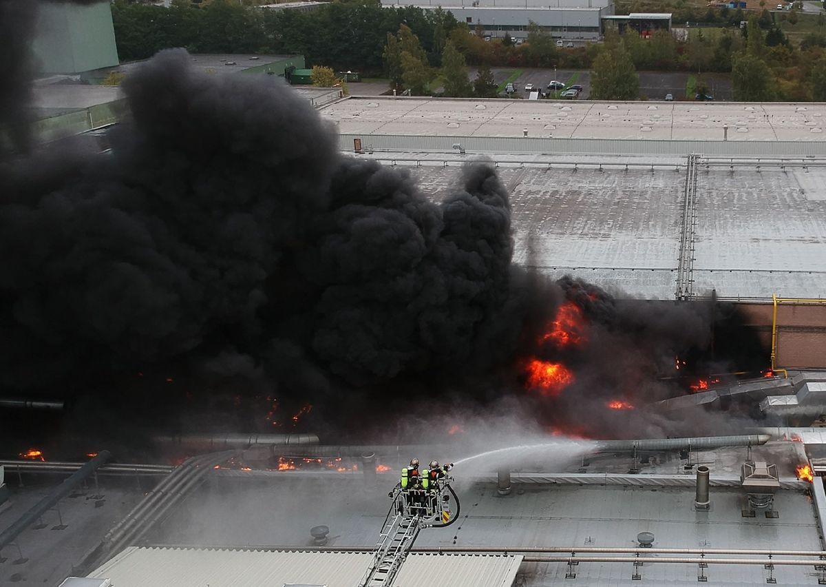 O fumo negro do incêndio na fábrica Euro-Composites, na terça-feira.