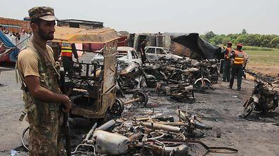 Des soldats pakistanais sur les lieux du tragique accident qui a coûté la vie à près de 140 personnes.