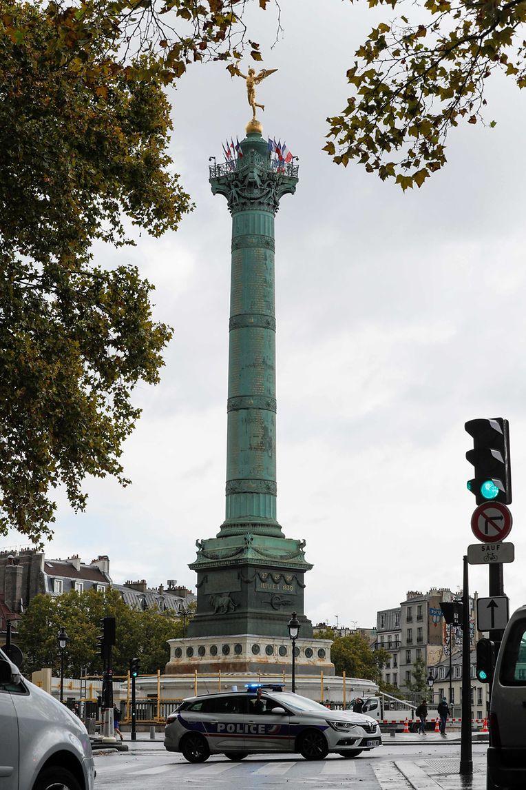 Ein Polizeiwagen versperrt die Zufahrt zum Kreisverkehr auf der Place de la Bastille in Paris.