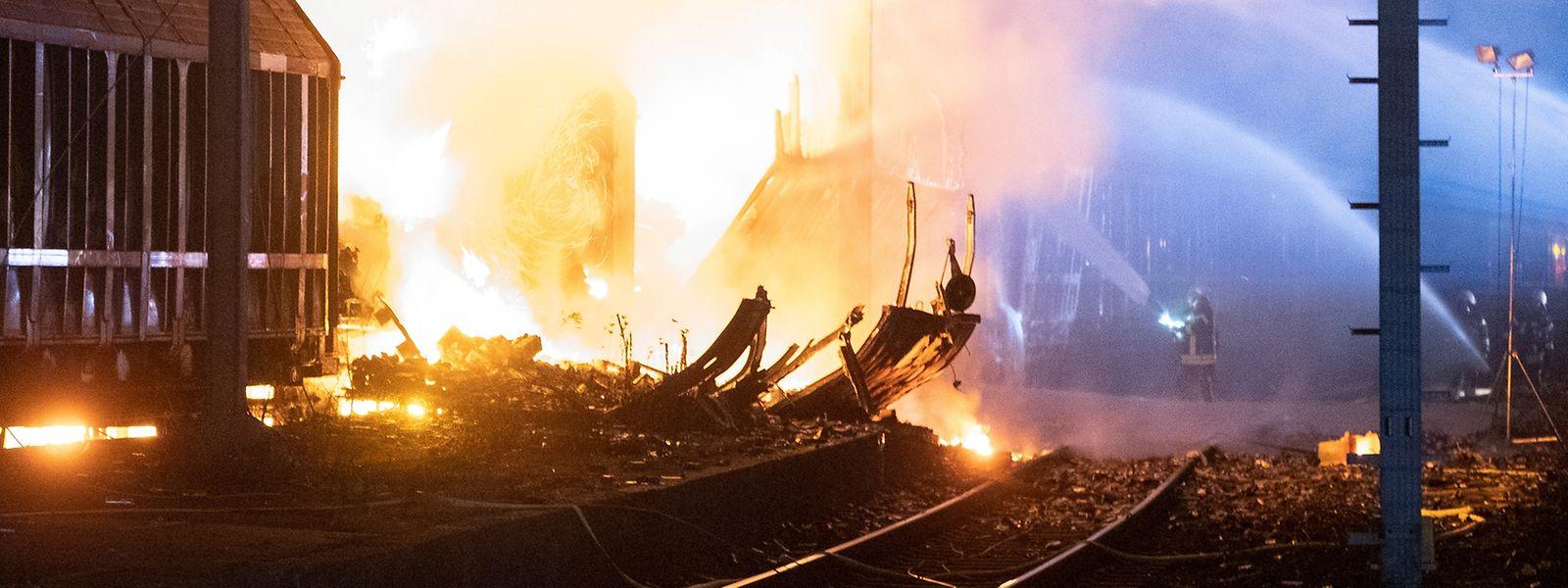 Mit Spraydosen beladene Güterwaggons brennen in der Nacht im rheinland-pfälzischen Unkel.