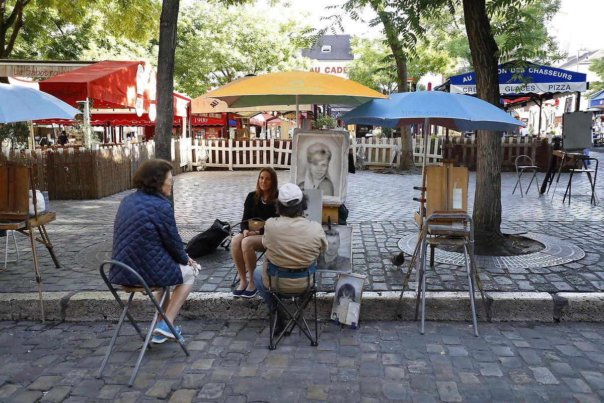 Es herrscht wenig Betrieb auf der der Place du Tertre in Montmartre in Paris.