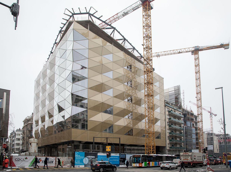 Avec plus de 550 éléments de verre et d'or, l'espace dans lequel seront installées les Galeries Lafayette et la FNAC, se distingue de loin