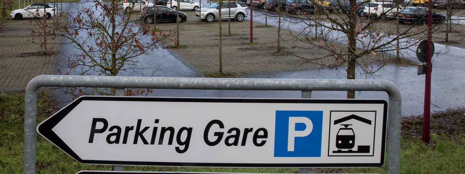 Auch wenn der Parkplatz dieser Tage nicht gefüllt ist, trügt der Schein. Vor der Corona-Krise musste man früh an sein, um einen freien Platz an der Zughaltestelle bei Niederkerschen zu ergattern.