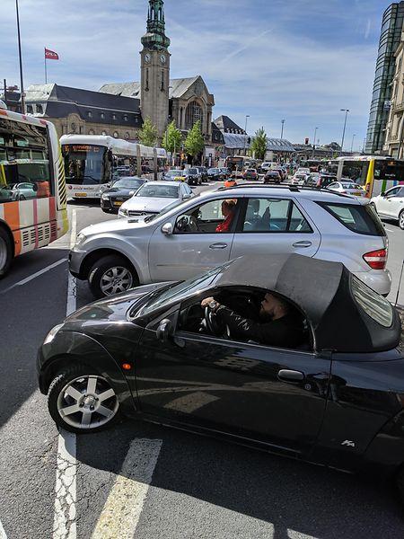 Situation rocambolesque, lundi 13 mai 2019 au matin à l'entrée de l'avenue de la gare.
