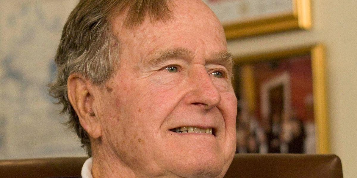 Der ehemalige US-Präsident George H.W. Bush wurde wegen einer Lungenentzündung ins Krankenhaus eingeliefert.