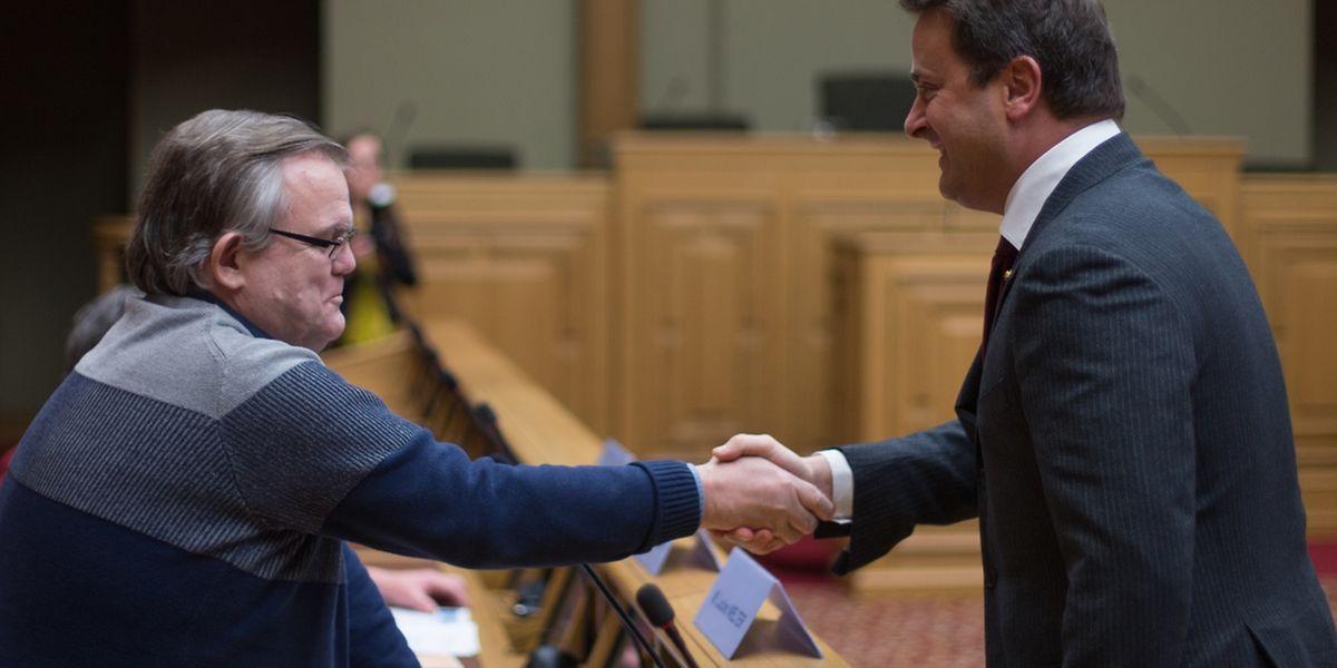 Xavier Bettel est venu saluer Lucien Welter, l'initiateur de la pétition n°698 qui veut faire du luxembourgeois la première langue officielle du pays. Lui-même «n'a pas calculé avec l'énorme succès», rencontré par sa pétition. Elle a fédéré 14.683 signatures.