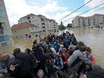 Um grupo é evacuado na localidade de Obrenovac, a 40 Km de Belgrado