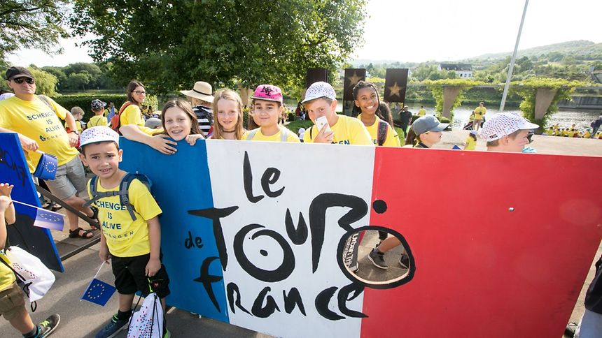 In Schengen warteten tausende Zuschauer auf den Startschuss zur 4. Etappe.