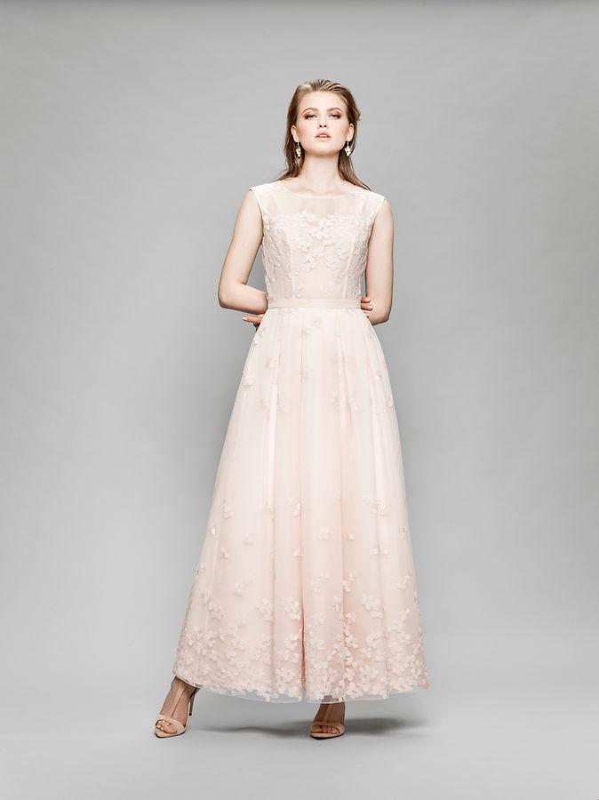 Das Unternehmen Marylise zeigt in seiner Kollektion für 2018 eine zartrosa Robe.