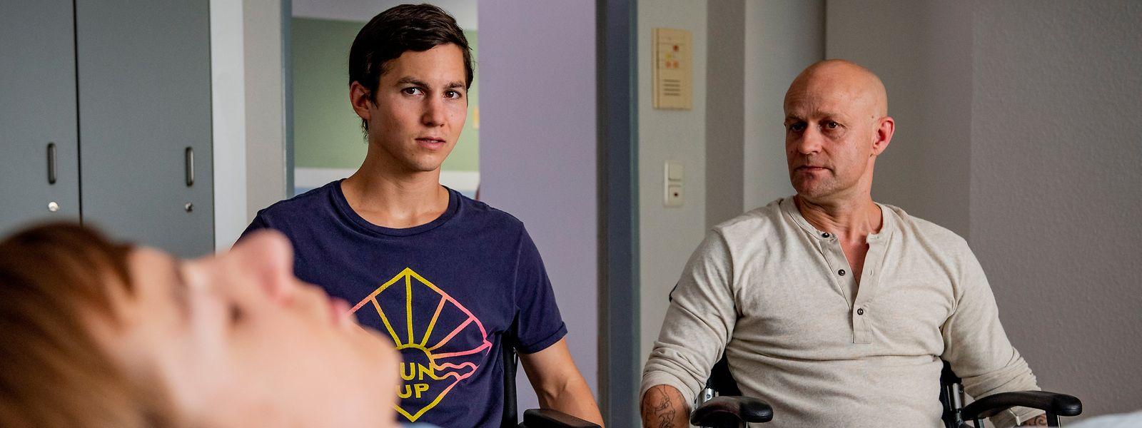 """Szene aus dem Film """"Club der roten Bänder"""": Benni (Jürgen Vogel, r.) stellt Leo (Tim Oliver Schultz) den komatösen Hugo (Nick Julius Schuck) vor."""