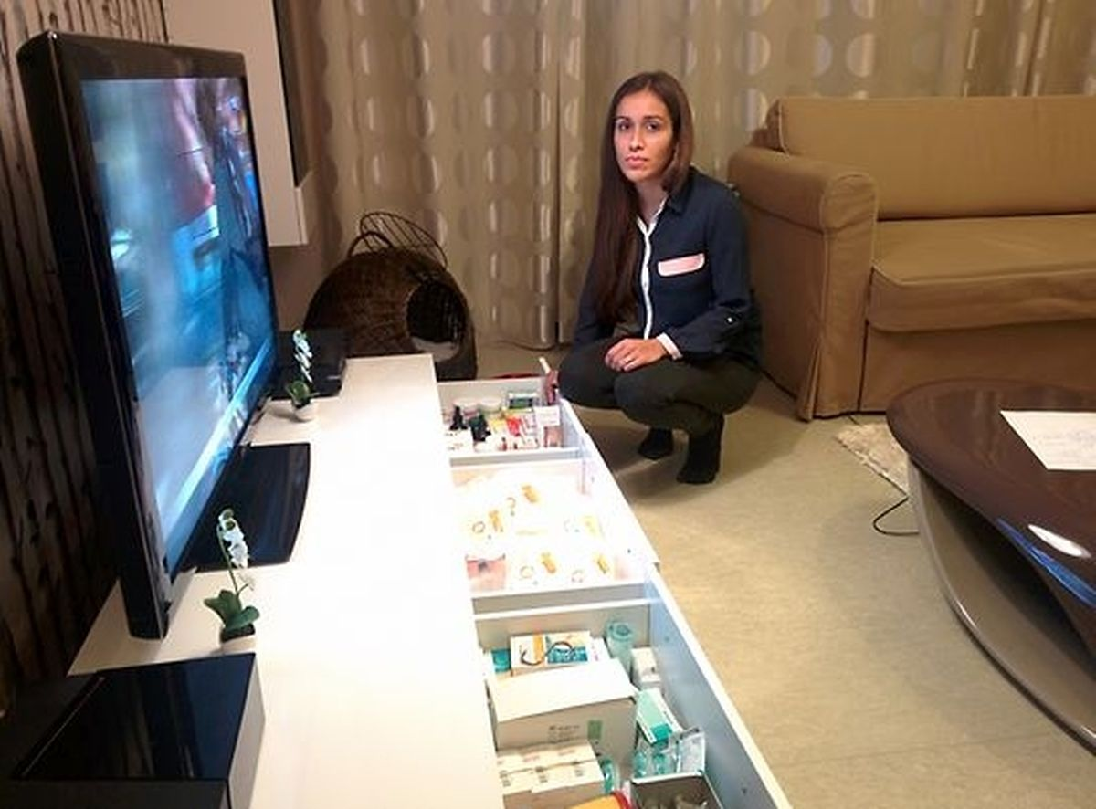 A jovem portuguesa de 23 anos mostra as gavetas cheias de medicamentos
