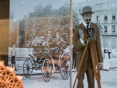 O ator português Fábio Godinho interpreta quatro personagens históricasassociadas à construçãoda Ponte Adolphe.