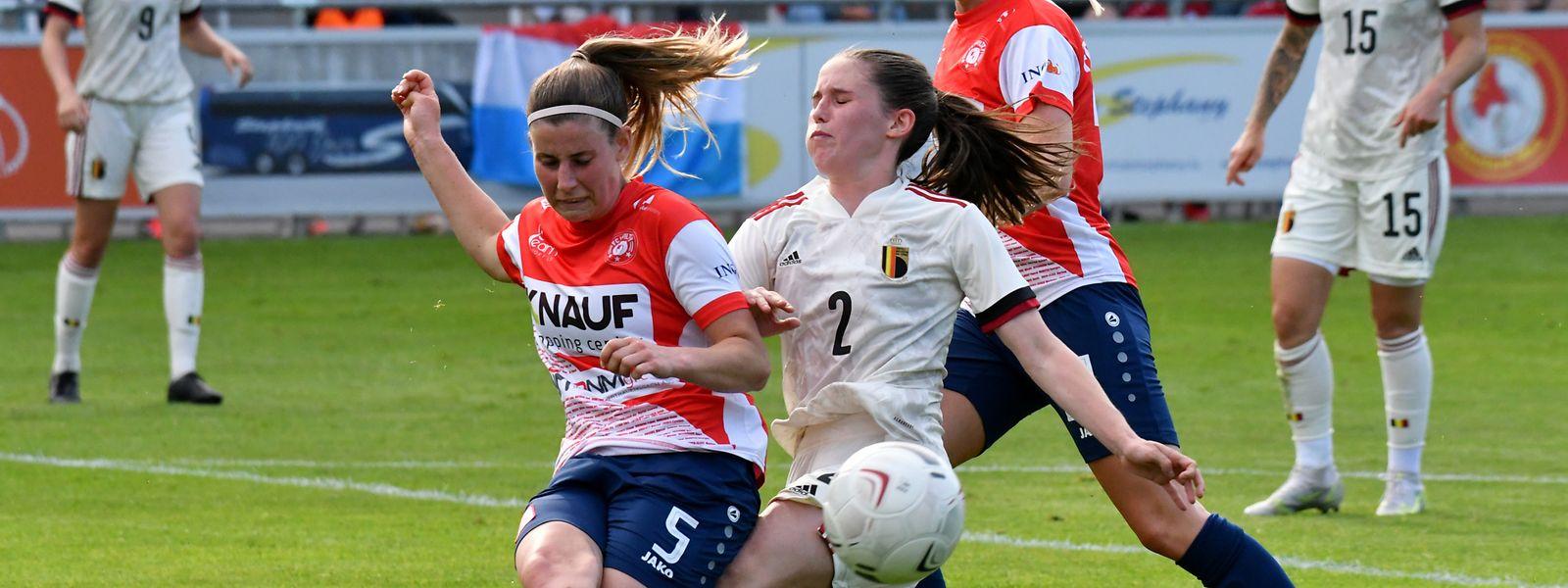Luxemburgs Emma Kremer und Belgiens Isabel Albert kämpfen um den Ball.