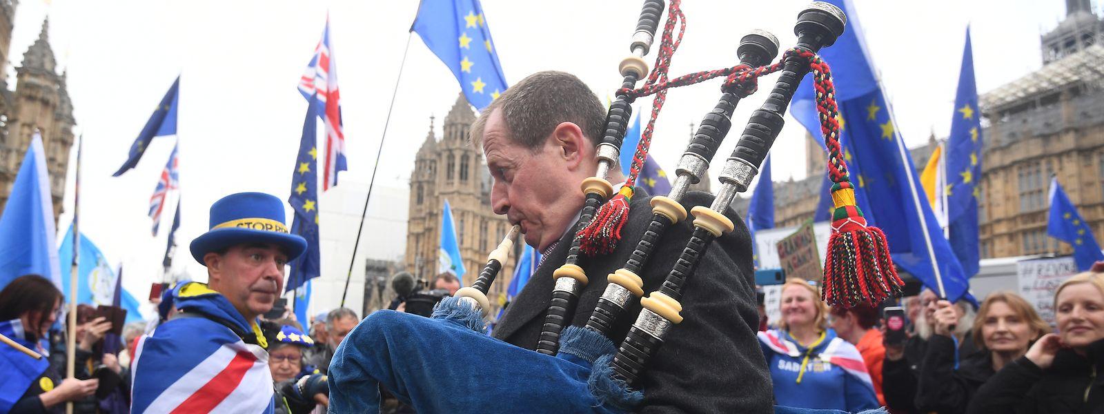 08.04.2019, Großbritannien, London: Alastair Campbell spielt während eines Protests vor dem britischen Parlament auf einem Dudelsack. Foto: Victoria Jones/PA Wire/dpa +++ dpa-Bildfunk +++