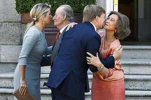 Küsschen hier, Küsschen dort: Königin Máxima (l.) herzt Juan Carlos, König Willem-Alexander küsst Königin Sofia. Foto: Ballesteros