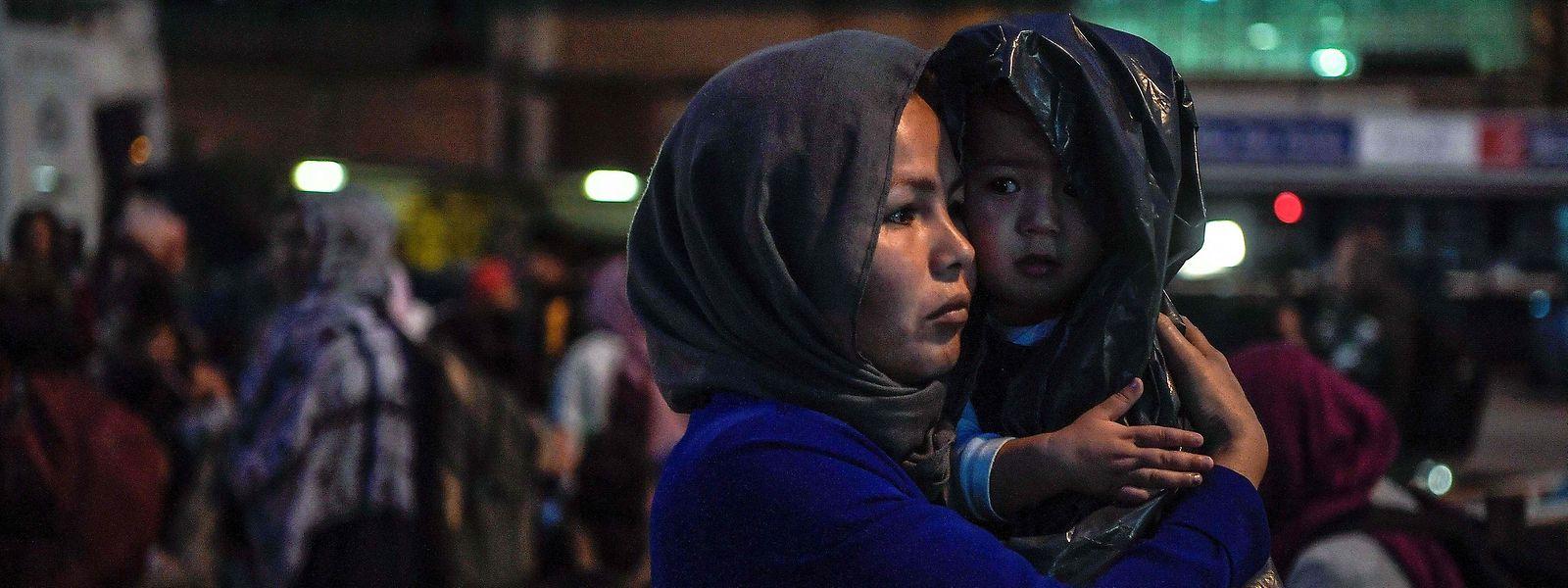 """Am Montagmorgen erreichten 446 Migranten, die der """"Hölle von Moria"""" entkommen sind,  das griechische Festland"""