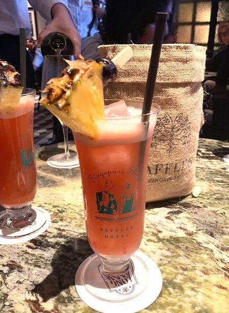 """Der Singapore Sling ist ein Drink-Klassiker - erfunden wurde er in der Long Bar im """"Raffles""""-Hotel in Singapur."""