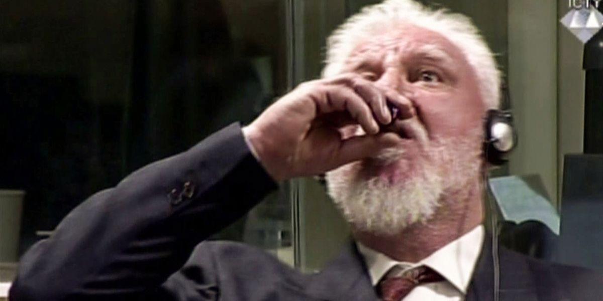 La vidéo montre comment Slobodan Praljak, 72 ans, ancien officier supérieur de l'armée croate, sort une fiole de sa poche et avale le «poison».