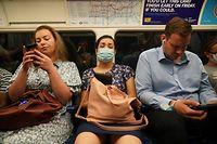 dpatopbilder - 19.07.2021, Großbritannien, London: Pendler, einige noch mit Mund-Nasen-Schutz, in einem U-Bahn-Zug der Jubilee Line nach Westminster um 8.22 Uhr, nachdem die letzten Corona-Maßnahmen aufgehoben wurden. Trotz dramatisch steigender Infektionszahlen sind am Montag in England fast alle Corona-Maßnahmen aufgehoben worden. Foto: Yui Mok/PA Wire/dpa +++ dpa-Bildfunk +++