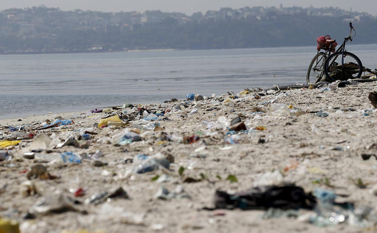 Der Strand von Fundao an der Bucht von Guanabara ist mit Müll übersät.
