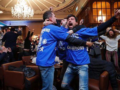 Leicester-Fans bejubeln in einer Kneipe die Meisterschaft ihres Teams.