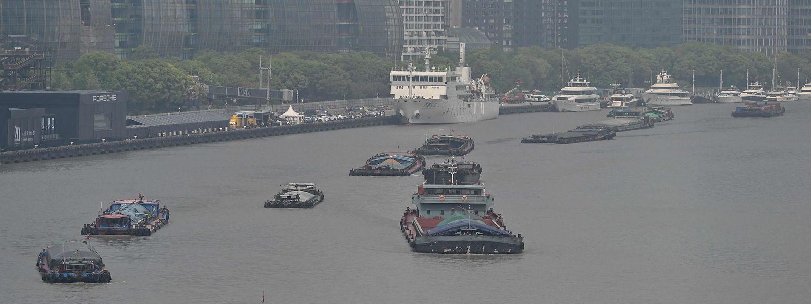 Transportschiffe auf dem Huangpu River in Shanghai. Seit Herbst 2020 funktioniert der wirtschaftliche Alltag in der Volksrepublik bereits ohne gröbere Einschränkungen.