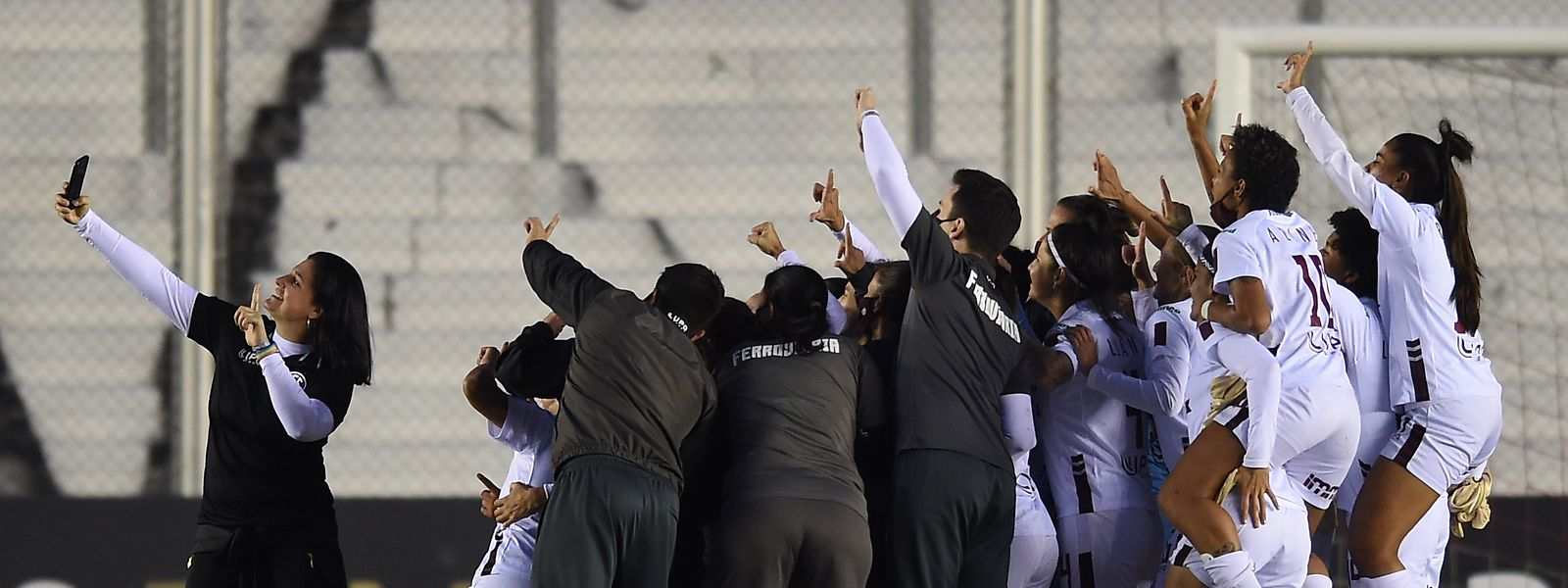 Lindsay Camila (l.) schießt ein Selfie mit ihrer Mannschaft nach dem großen Triumph.