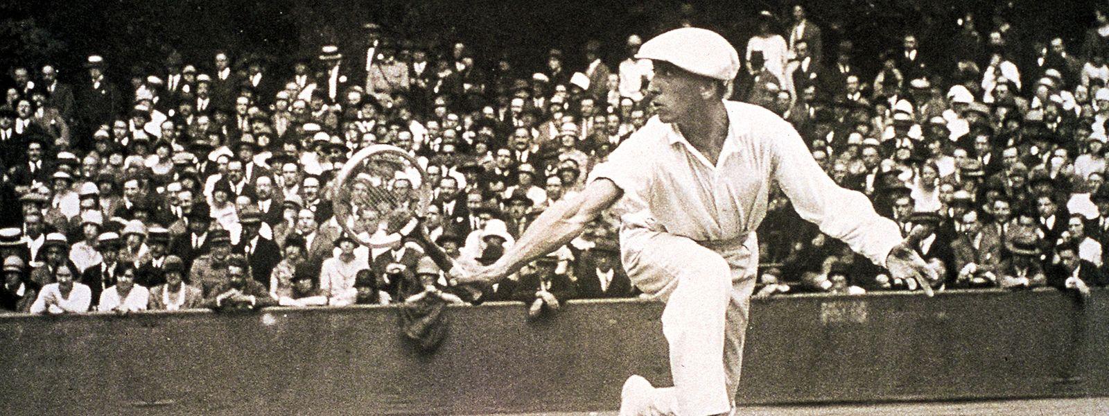René Lacoste spielte anfangs in einer Stoffhose und einem Hemd mit langen Ärmeln.