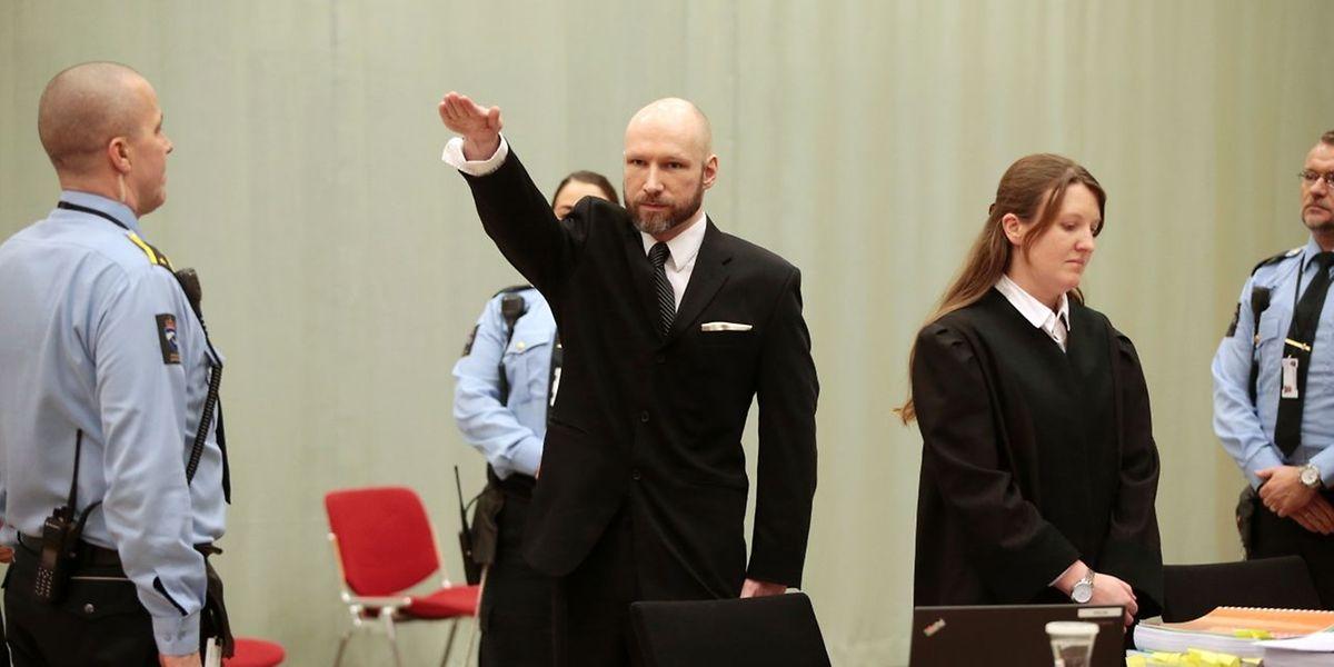Der norwegische Massenmörder Anders Behring Breivik bei der provokanten Geste vor Gericht, das in der Sporthalle seines Gefängnisses tagt.