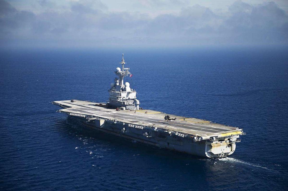 Le porte-avion Charles de Gaulle fait route vers la Syrie