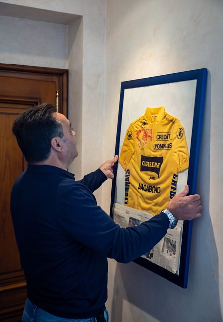 No seu escritório em Mondorf, com a camisola amarela que ganhou no Tour.