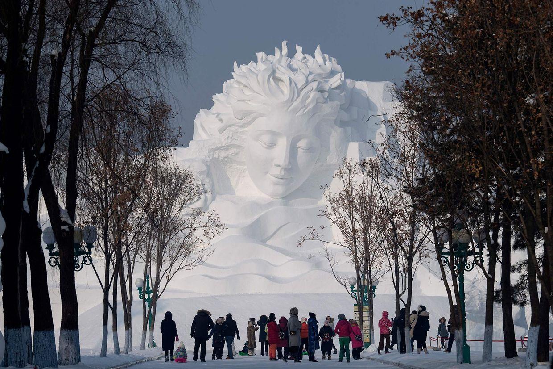 Harbin. In der chinesischen Provinz Heilonjgiang prägen überdimensionierte Eisskulpturen das Stadtbild von Harbin.