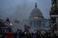 Sicherheitskräfte setzen Tränengas ein, nachdem Unterstützer von US-Präsident Trump das Kapitolgebäude gestürmt haben.