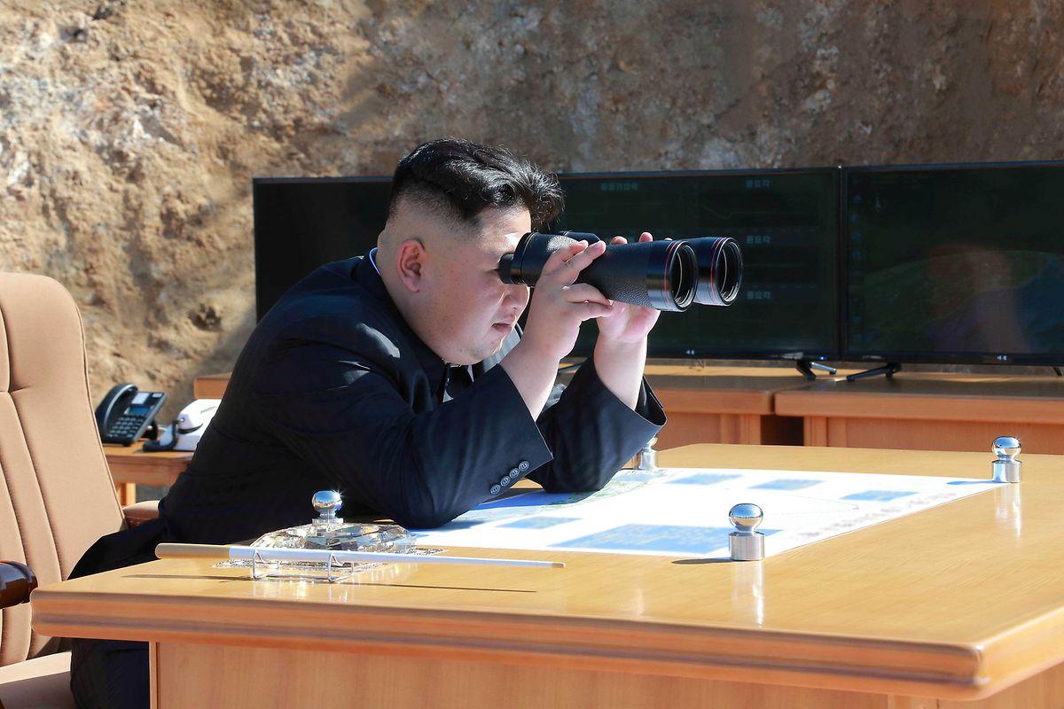 Es sind Bilder von Raketentests, die zurzeit hautpsächlich von Kim Jong-un zu sehen sind.