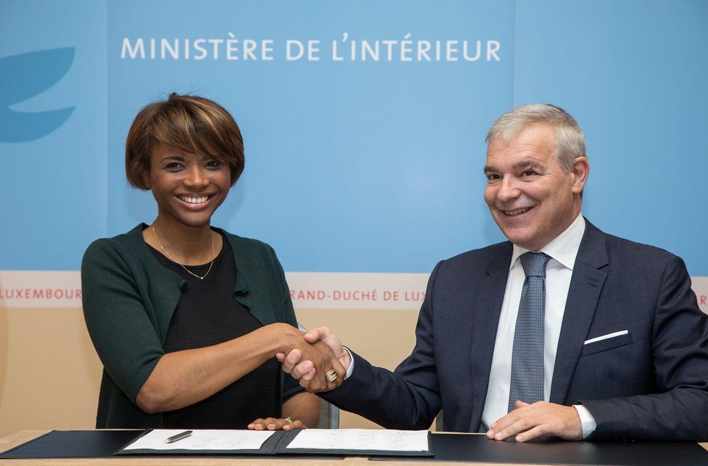 Natalie Silva com o ministro do Interior, Dan Kersch.