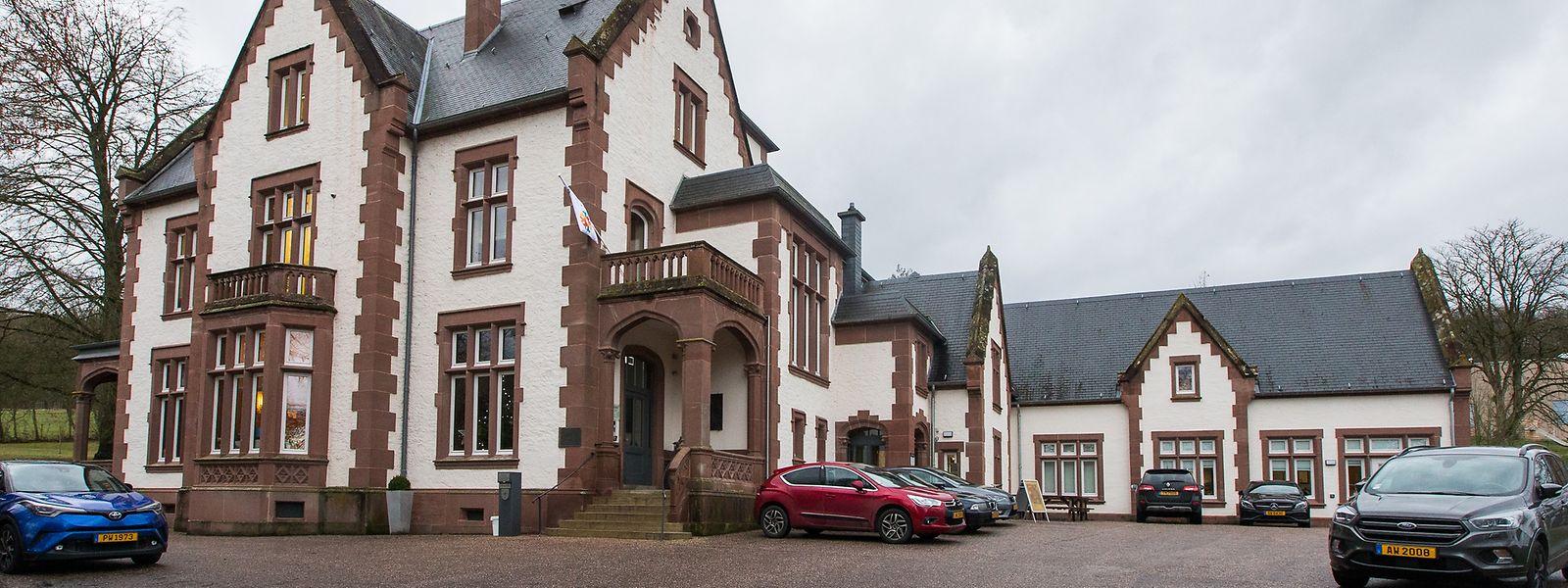 Der Sitz der neuen Gemeinde Rosport-Mompachbefindet sich seit dem Zusammenschluss im Tudor-Schloss in Rosport, in dem vor der Fusion schon die Beamten aus Rosport die Bürger empfingen.